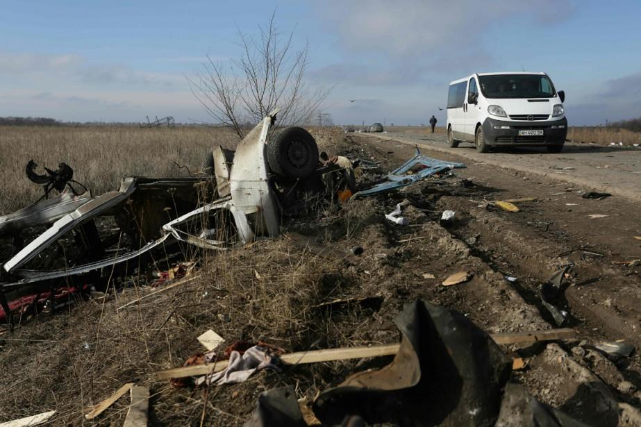 Les débris d'un minibus de passagers ayant heurté... (PHOTO ALEKSEY FILIPPOV, ARCHIVES AFP)