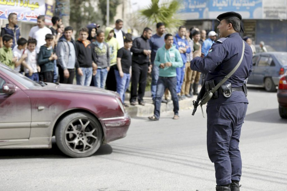 Un officier monte la garde à Irbid, en... (PHOTO MUHAMMAD HAMED, REUTERS)