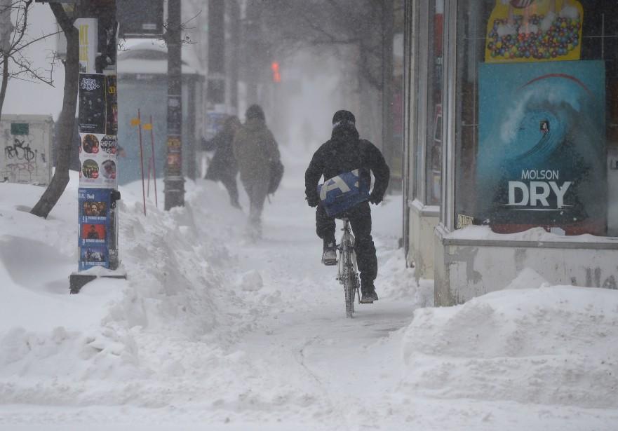 Des gens courageux - voire un peu téméraires? - ont bravé le blizzard de mercredi en enfourchant leur bécane. (Le Soleil, Yan Doublet)