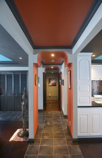 Les murs couleur paprika, les courbes d'influence mauresque et une architecture très ornementée caractérisent ce bungalow de Charlesbourg. (Le Soleil, Jean-Marie Villeneuve)