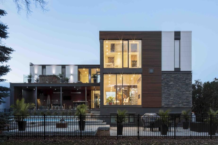 Pour respecter le site, la résidence a été scindée en deux blocs. Le volume en retrait a permis de créer une cour arrière intérieure, plus intime avec la piscine. (CCM2 architectes, Dave Tremblay)