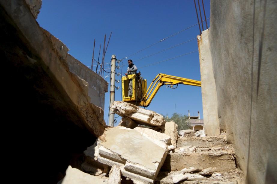 Un électricien s'affaire à réparer un câble d'approvisionnement... (PHOTO ALAA AL-FAQIR, ARCHIVES REUTERS)