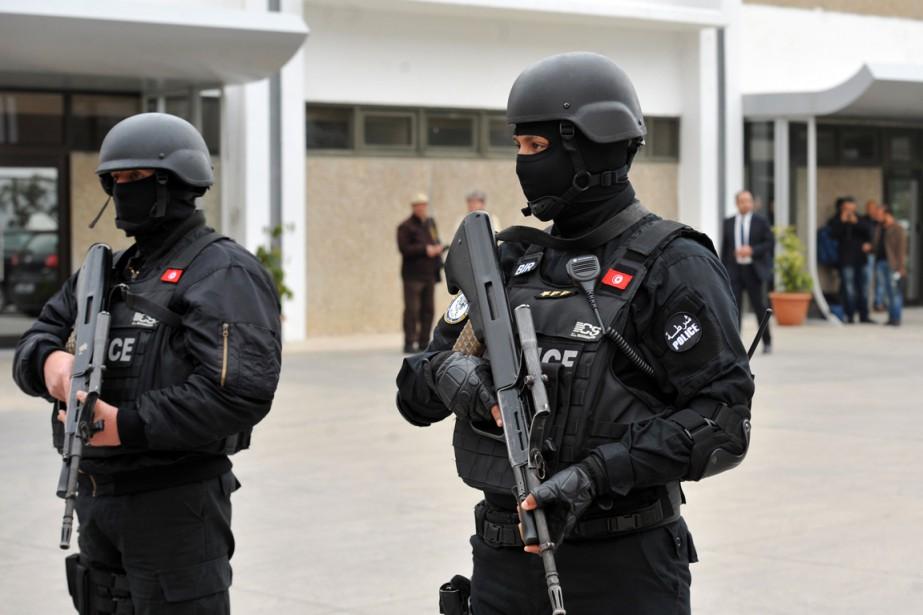 Des membres des forces spéciales tunisiennes surveillent l'aéroport... (Photo FETHI BELAID, archives AFP)