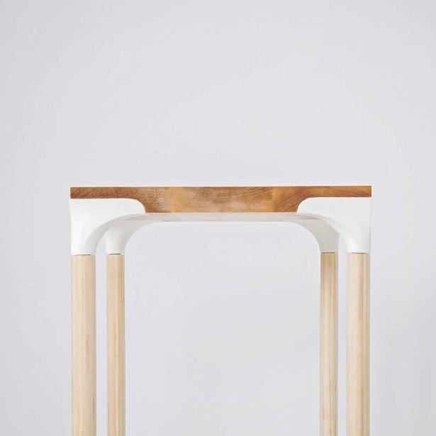 Table La Délicate, en merisier et résine d'uréthane, une conception de Guillaume Fournier et Violaine Giroux. ()