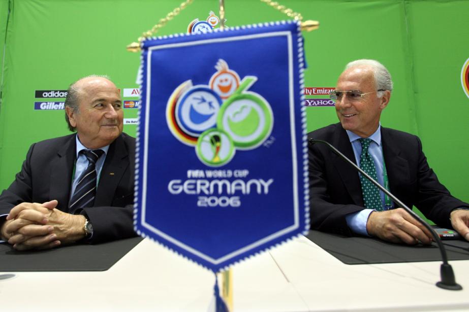 Le président de la FIFA, Joseph Blatter, et... (Photo Lluis Gene, archives AFP)