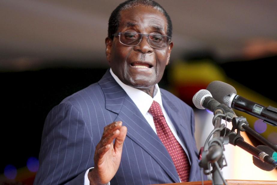 Le président zimbabwéen Robert Mugabe s'adresse à ses... (PHOTO PHILIMON BULAWAYO, ARCHIVES REUTERS)