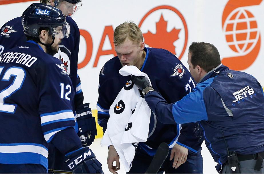L'attaquant des Jets Nikolaj Ehlerss'est blessé hier soir... (Photo John Woods, PC)