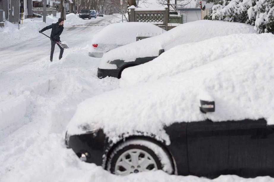 Un homme dégage sa voiture à la suite... (PHOTO DARREN CALABRESE, ARCHIVES PC)