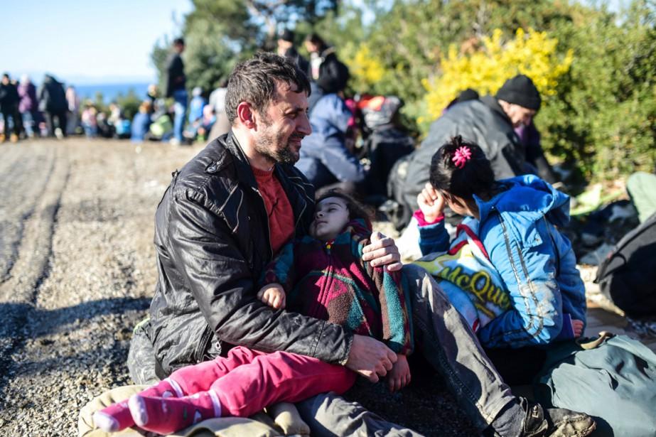 Un homme tient un enfant dans ses bras... (PHOTO BULENT KILIC, AFP)