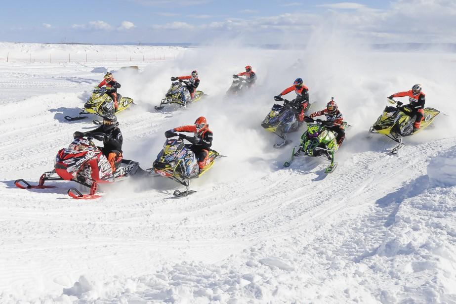 Le deuxième week-end d'action du Festival d'hiver de Roberval se termine dimanche avec la deuxième journée de courses de snocross. La piste, aménagée près de Place de la Traversée, est magnifique et les spectateurs disposent d'estrades et d'un chapiteau pour observer les pilotes en action. (Photo Le Progrès-Dimache, Gimmy Desbiens)
