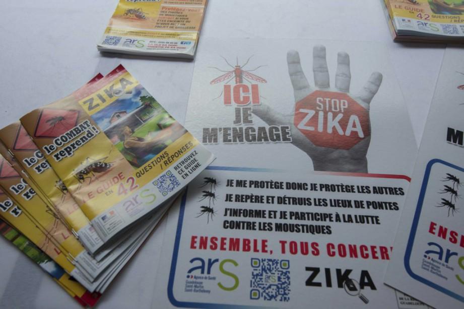 Des dépliants pour l'engagement à lutter contre le... (PHOTO HELENE VALENZUELA, AGENCE FRANCE-PRESSE)