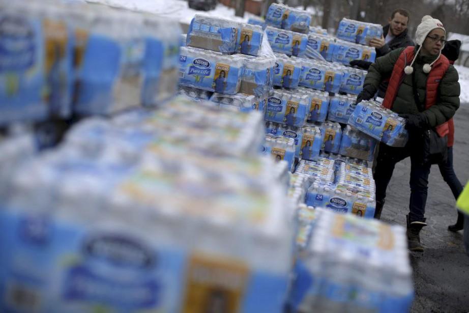 Des bénévoles distribuent de l'eau embouteillée à Flint.... (PHOTO JIM YOUNG, REUTERS)