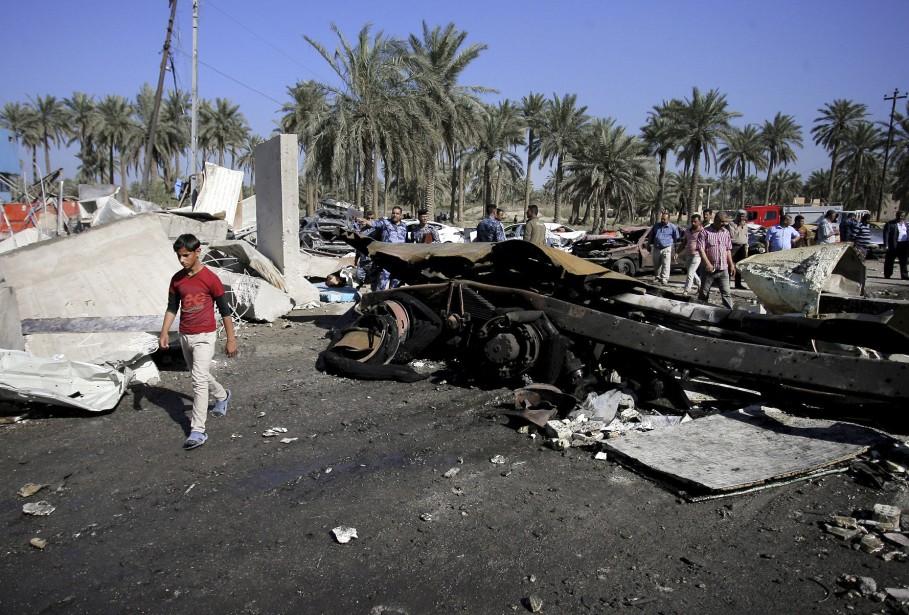 Le camion était chargé d'explosifs, selon des responsables, et il a explosé au moment où les agents de la sécurité du<i>checkpoint</i>l'ont arrêté alors qu'il tentait de pénétrer dans Hilla. (AP, Anmar Khalil)