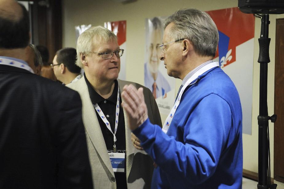 Le maire de Saguenay, Jean Tremblay, discute avec le ministre de la Santé, Gaétan Barrette. (Photo Le Quotidien, Mariane L. St-Gelais)