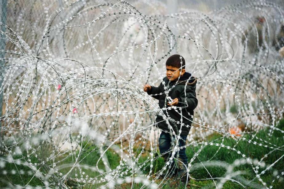 Un garçon est vu à proximité d'une clôture... (PHOTO DIMITAR DILKOFF, AFP)
