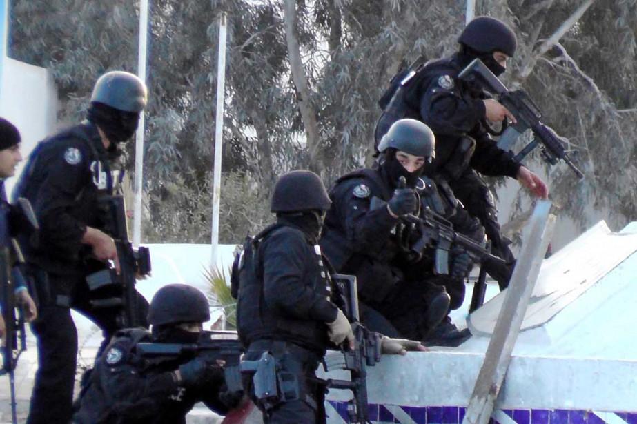 Des membres des forces spéciales tunisiennes prennent position... (PHOTO FATHI NASRI, AFP)