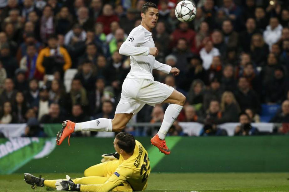 Cristiano Ronaldo et Wojciech Szczesny... (PHOTO SUSANA VERA, REUTERS)