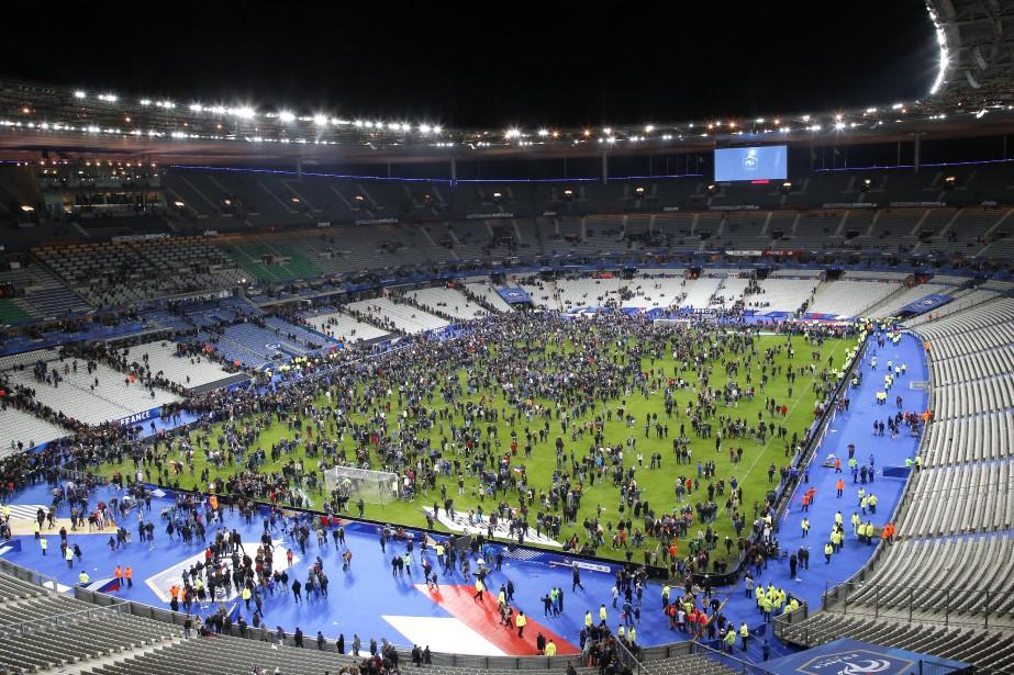 Des spectateurs envahissent le terrain du Stade de... (PHOTO MICHEL EULER, ARCHIVES ASSOCIATED PRESS)