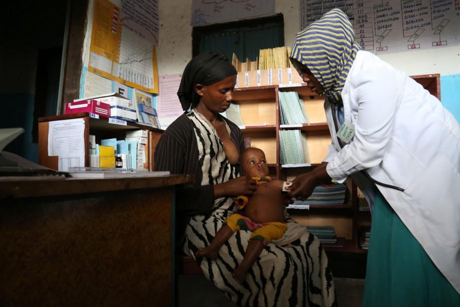 Le bébé de Madina Biftu, âgé de 14... (Photo Colin Cosier, AFP)