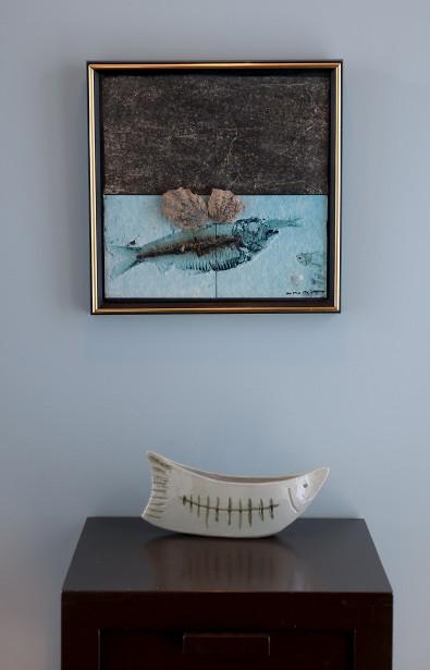 Dans l'entrée, un petit mur de couleur se marie parfaitement avec ces deux oeuvres qui dialoguent. (Le Soleil, Erick Labbé)