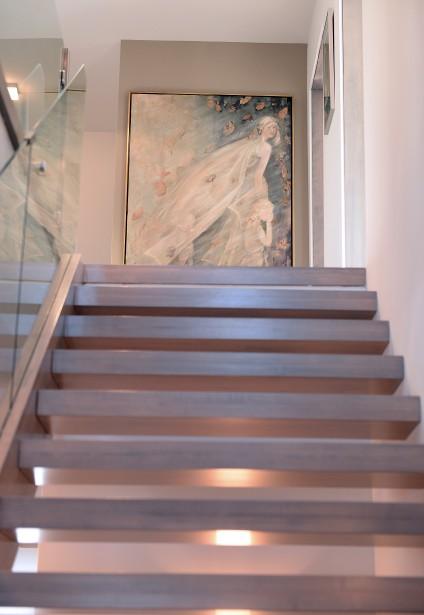Au sommet de l'escalier, une toile vaporeuse d'Yvette Chabot, <em>Vers la liberté</em>, semble avoir été peinte pour l'endroit. (Le Soleil, Erick Labbé)