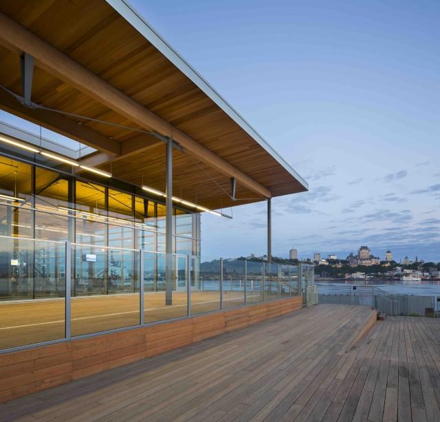 Une partie de la toiture est en cèdre rouge, la structure est composée entre autres d'épinette noire, et la terrasse est fabriquée en mélèze, choisi pour ses qualités de durabilité et d'imputrescibilité. (Stéphane Groleau)