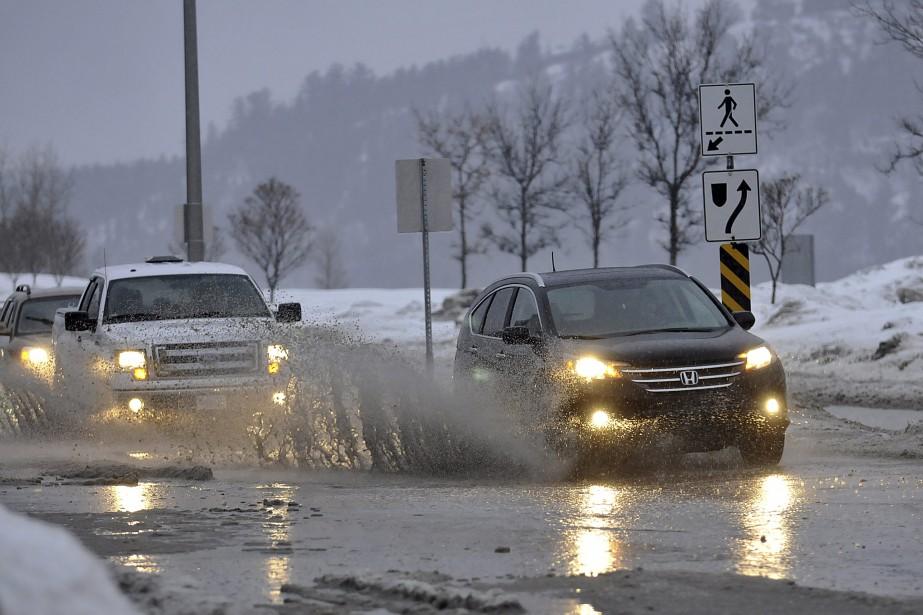 La pluie a donné du fil à retordre aux automobilistes, mercredi en fin de journée. D'immenses flaques d'eau se sont formées un peu partout sur les routes régionales et les policiers ont été dépêchés sur plusieurs accrochages. (Photo Le Quotidien, Rocket Lavoie)