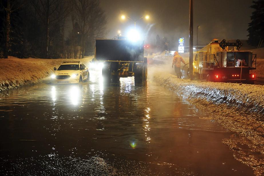 Les accumulations d'eau ont compliqué la circulation, mercredi, notamment sur le boulevard Barrette. (Photo Le Quotidien, Rocket Lavoie)