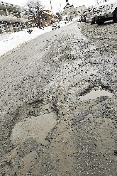 Temps doux oblige, la Ville de Saguenay lance son opération nid-de-poule. Le maire invite les citoyens à contacter la municipalité au 698-3000 ou sur ville.saguenay.ca s'ils voient des trous dans la chaussée, un phénomène qui sera amplifié par le redoux et la pluie des prochaines heures. (Photo Le Quotidien, Rocket Lavoie)