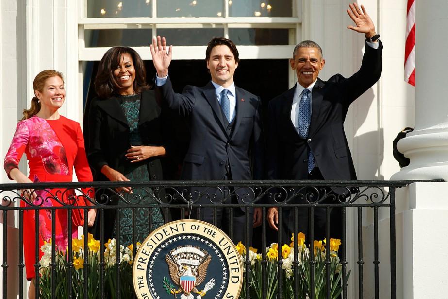 Justin Trudeau et Barack Obama saluent la foule avec, à leur côté, leurs épouses. (Photo Kevin Lamarque, Reuters)
