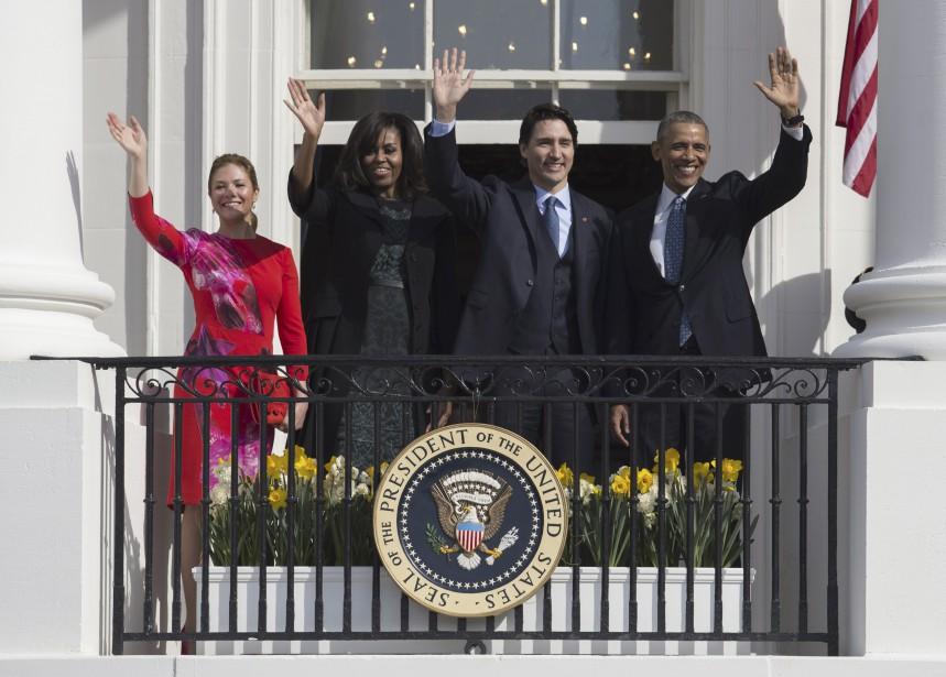 Justin Trudeau et Barack Obama saluent la foule, entourés de leurs épouses respectives, Sophie Grégoire et Michelle Obama. (AFP, SAUL LOEB)