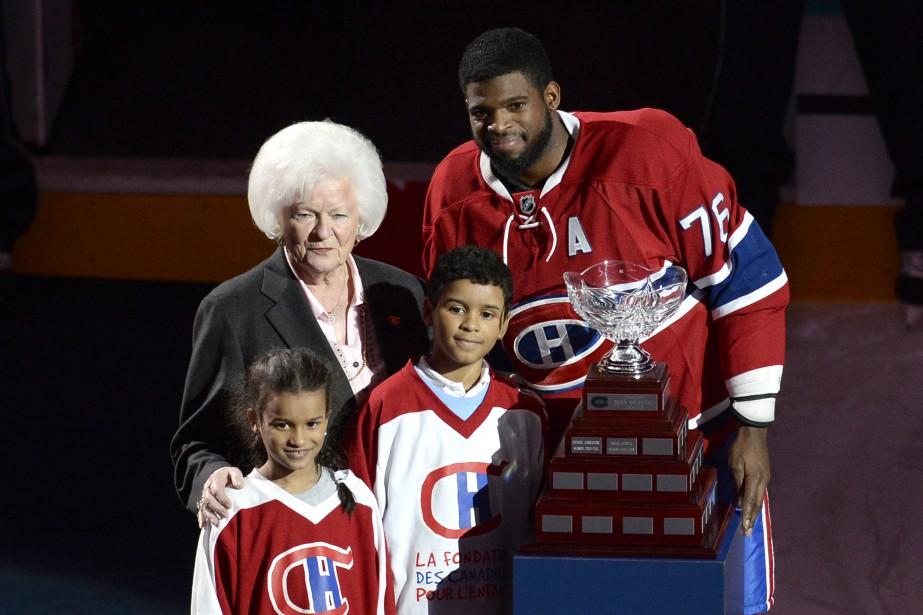 Plus tôt dans la rencontre, le Canadien avait salué son engagement communautaire en lui remettant le trophée Jean-Béliveau. C'est la veuve du Grand Jean, Élise Béliveau, qui le lui a remis sur la patinoire. (Photo Bernard Brault, La Presse)