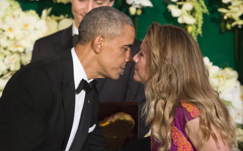 Barack Obama embrasse Sophie Grégoire-Trudeau lors du dîner d'État. (La Presse Canadienne, Paul Chiasson)