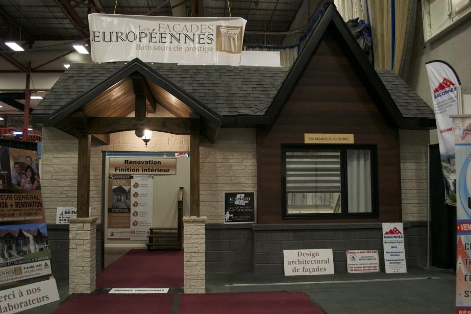 L'entreprise les Façades Européennes a érigé une maison dans le Pavillon sportif de l'UQAC. (Mélissa Bradette)