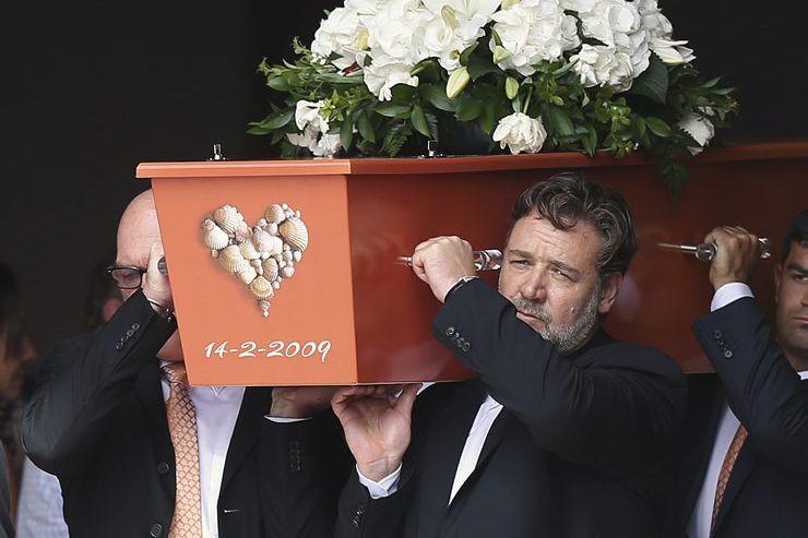 Russell Crowe a agit comme porteur aux funérailles... (PHOTO AP)
