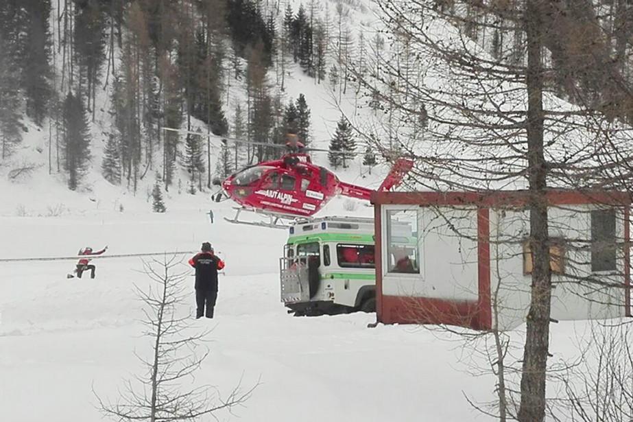 Un hélicoptère décolle pour aller effectuer des opérations... (PHOTO AP/ANSA)
