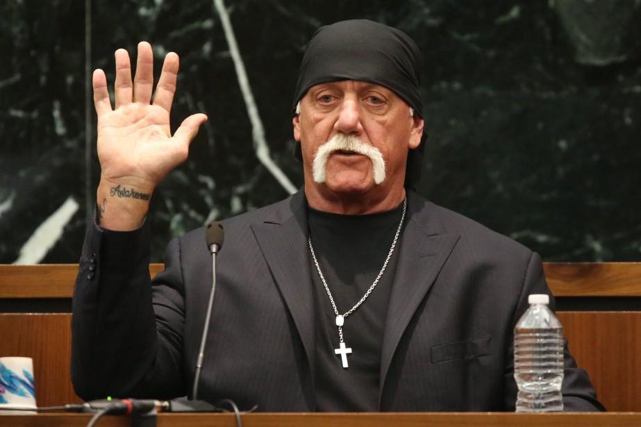 Terry Bollea, alias Hulk Hogan, prête serment avant... (PHOTO REUTERS)