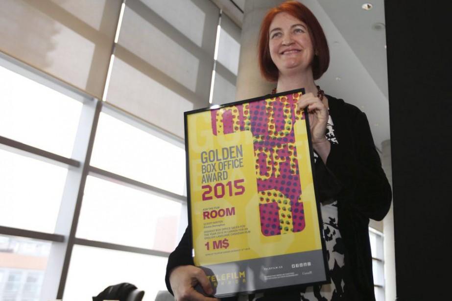 Emma Donoghue reçoit son prix remis par Téléfilm... (PHOTO LA PRESSE CANADIENNE)