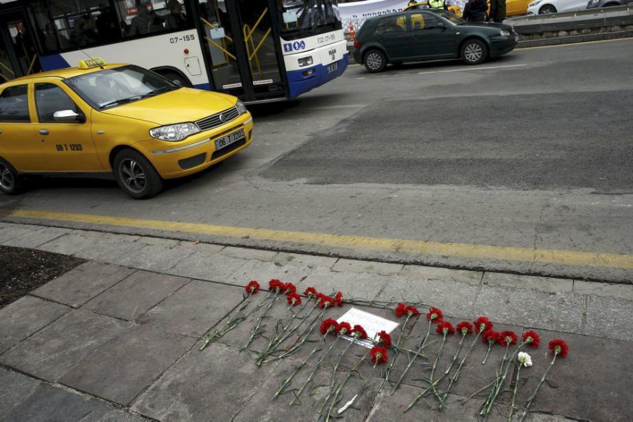 Des fleurs ont été déposées à l'endroit où... (PHOTO UMIT BEKTAS, REUTERS)