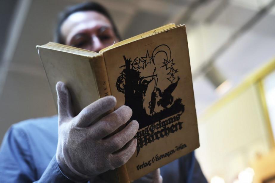 Un livrede contes de Grimm en allemand ayant... (PHOTO AFP)