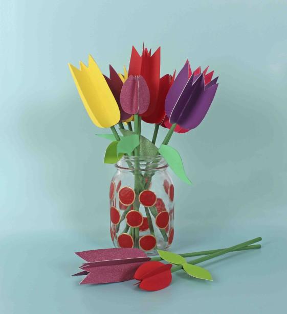 Les tout-petits peuvent mettre la main à la pâte pour réaliser un bouquet de tulipes en papier, conçu simplement avec des tiges de bois, du carton, des ciseaux, de la colle et un joli vase. Étapes à suivre <a href=