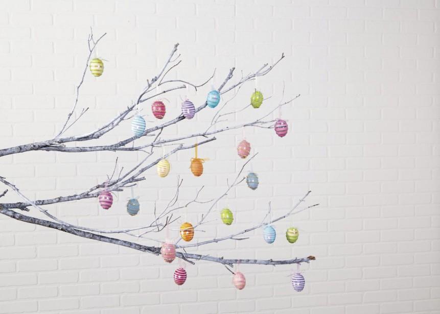Pourquoi ne pas décorer un arbre de Pâques? Il suffit d'accrocher des oeufs décorés sur des branches nues. En utilisant des oeufs en ardoise et des marqueurs de craie, on peut facilement essuyer les bavures à l'aide d'un papier humide. (Photo fournie par Michael's)