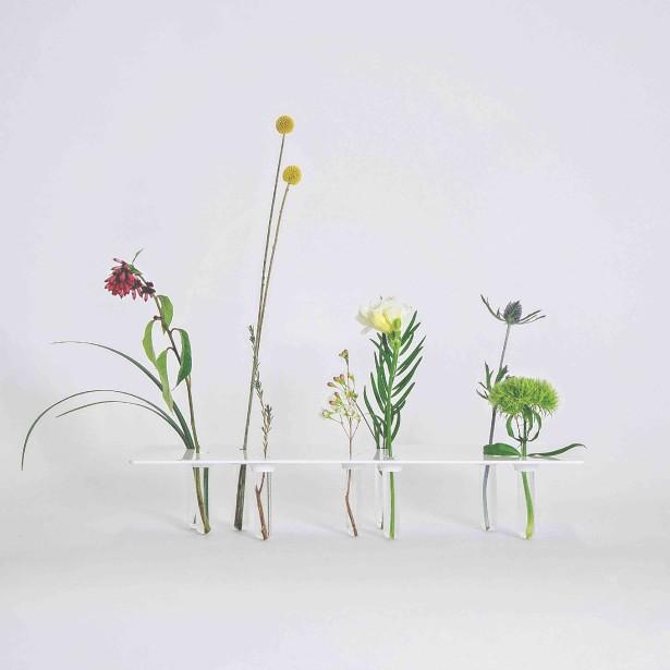 Le bouquet prude, un vase fait de feuilles d'aluminium, d'éprouvettes et de plâtre laqué, a été créé par Francis Gaignard et Gabriel Lemelin. (Photo fournie par L'Objet)