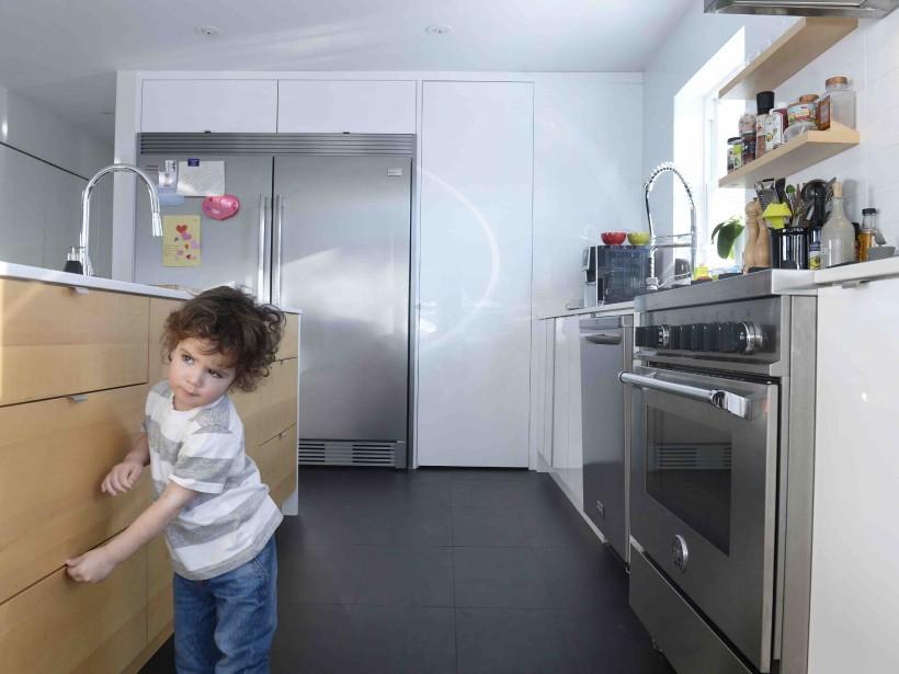 On sent l'influence du secteur de la restauration dans la cuisine, avec le frigo et le congélateur double, l'immense îlot et les étagères ouvertes. (Le Soleil, Jean-Marie Villeneuve)