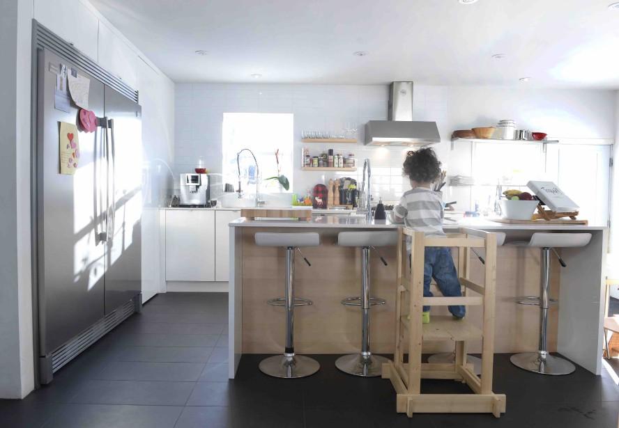 La cuisine est épurée, résolument contemporaine. Un endroit pensé pour recevoir famille et amis en grand nombre. (Le Soleil, Jean-Marie Villeneuve)