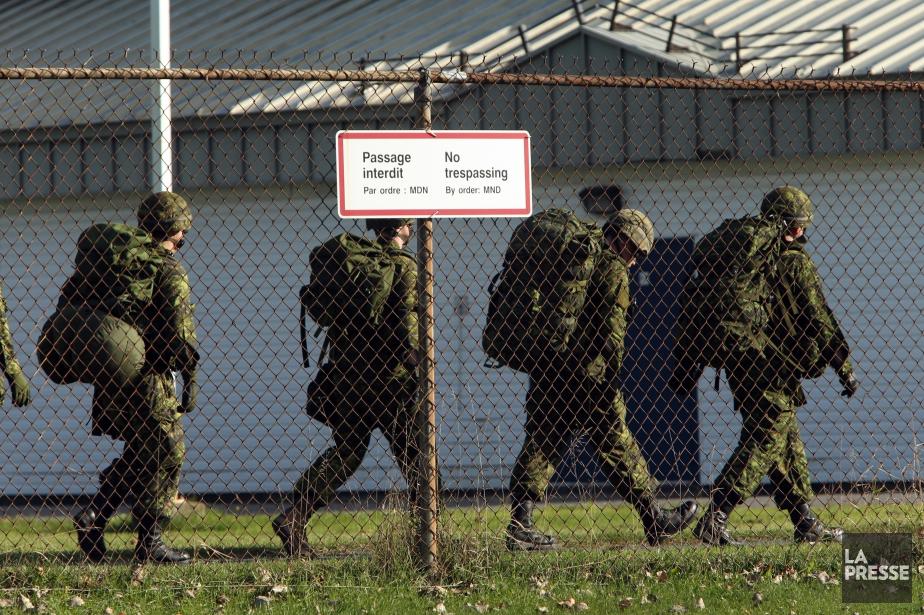 La police militaire prévient les membres des Forces... (PHOTO MARTIN CHAMBERLAND, LA PRESSE)