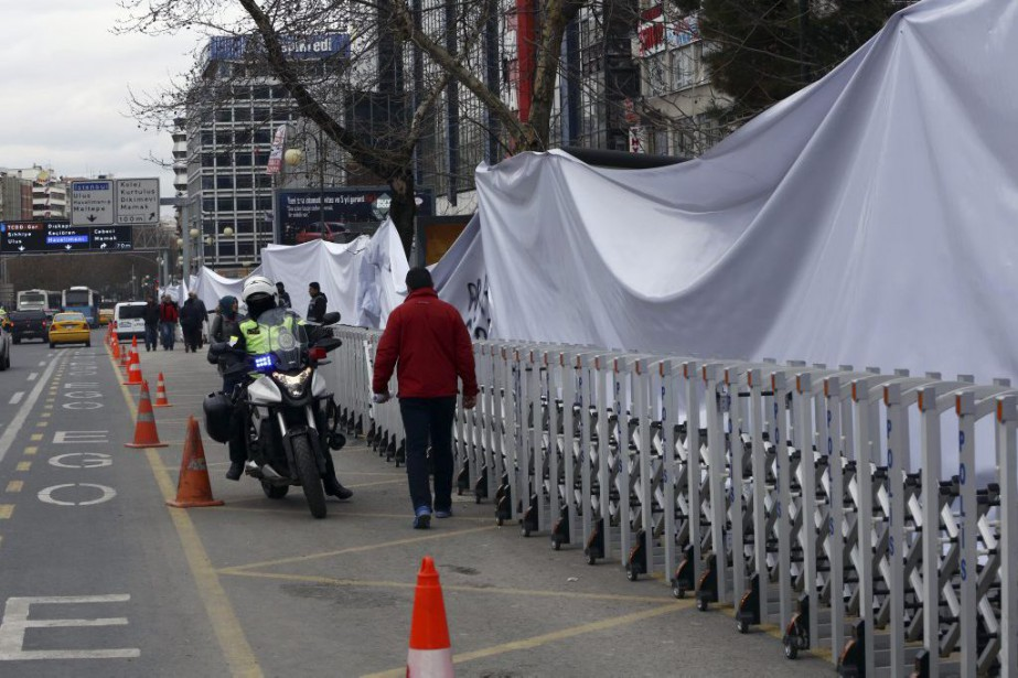 Le lieu de l'attentat-suicide, caché par un grand... (Photo Burhan Ozbilici, Associated Press)