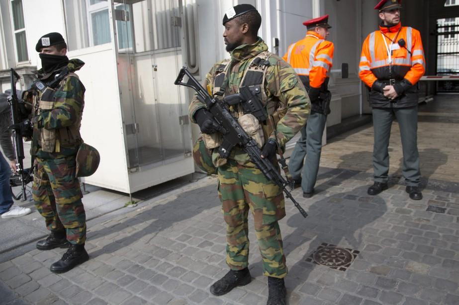 Des soldats belges à Bruxelles.... (PHOTO VIRGINIA MAYO, ARCHIVES REUTERS)
