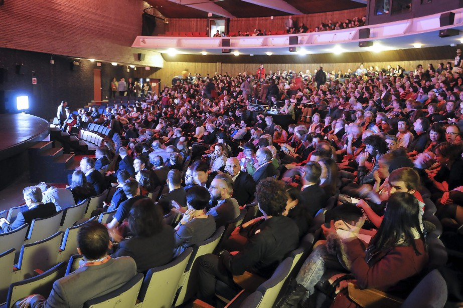 L'atmosphère était fébrile, jeudi soir, dans la Salle François-Brassard du Cégep de Jonquière pour la présentation de la soirée d'ouverture du Festival Regard sur le court métrage. (Photo Le Quotidien, Rocket Lavoie)