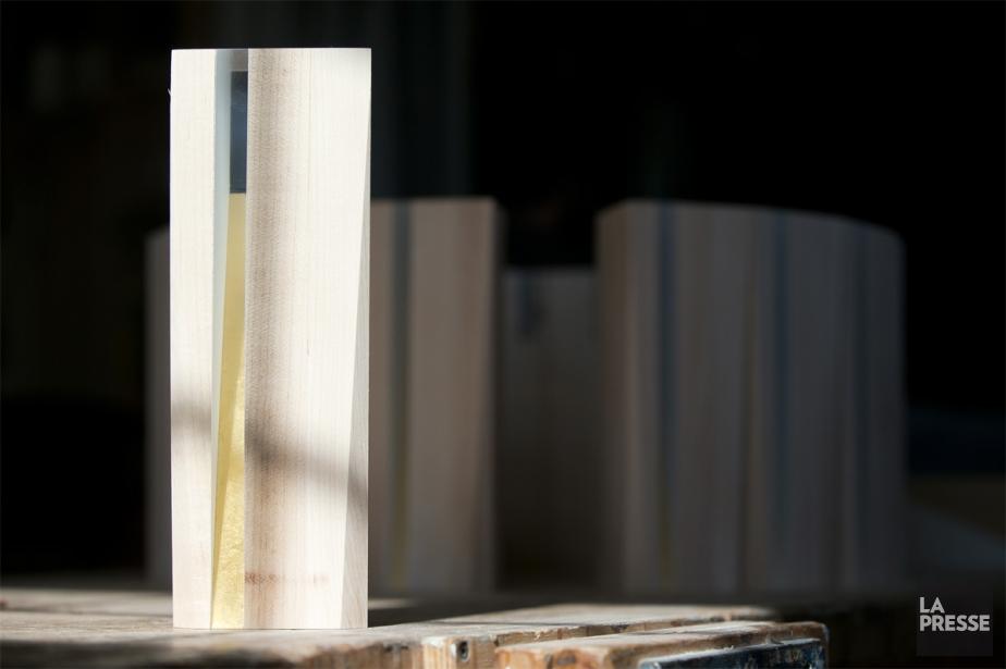 À une semaine de la tenue du gala, les trophées devaient encore passer l'étape du ponçage et de la finition. Ensuite, celle du polissage. «Une fois toutes ces étapes franchies, ils s'en vont à la gravure laser afin que le logo du gala soit inscrit, ainsi que la catégorie qu'ils représentent (mais sans le nom du lauréat!). Le trophée est fait de bois d'érable massif. Il sera laqué blanc mat et entouré d'une dorure.» (PHOTO FRANÇOIS ROY, LA PRESSE)